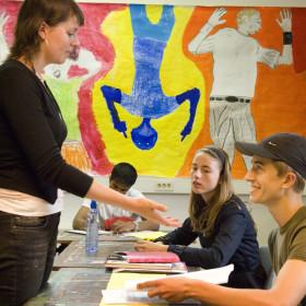Alexandra Bronsveld, studente aan Universiteit voor Humanistiek, geeft les op het Luzac Lyceum, Foto (c) Michiel Wijnbergh