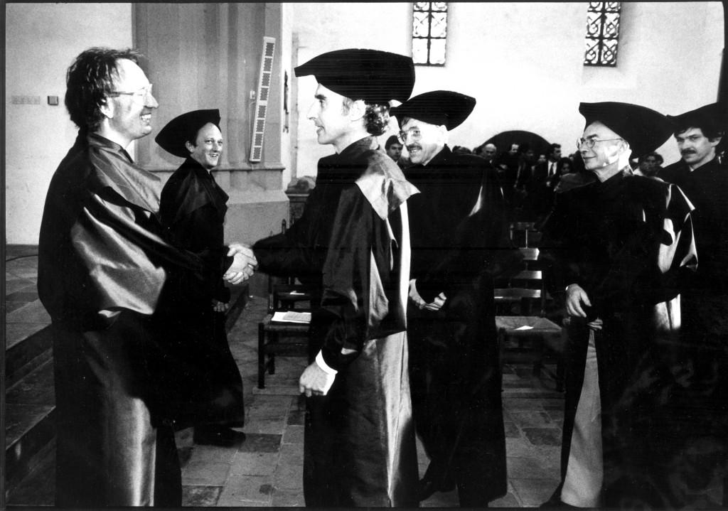 Ilja maso feliciteert Harry Kunneman na zijn inaugurele rede (1990)
